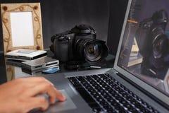 Fotografo che per mezzo del computer portatile Fotografia Stock Libera da Diritti