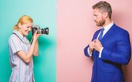 Fotografo che prende a foto riuscito uomo d'affari L'uomo d'affari gode del momento della stella Concetto dei paparazzi Photosess fotografie stock