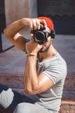 Fotografo che prende le foto, dietro le quinte di photoshoot fotografia stock