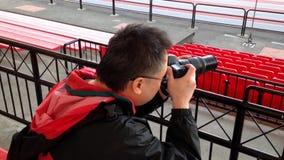 Fotografo che prende le immagini con la macchina fotografica di DSLR stock footage
