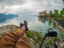 Fotografo che prende le immagini del castello di Chillon fotografie stock