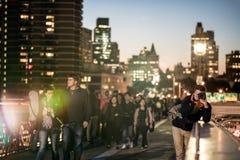 Fotografo che prende le immagini sul ponte di Brooklyn, nuovo Y di notte Fotografia Stock