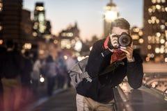 Fotografo che prende le immagini sul ponte di Brooklyn, nuovo Y di notte Immagini Stock