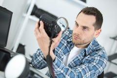 Fotografo che ripara vecchia macchina fotografica fotografia stock