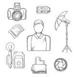Fotografo con gli schizzi degli oggetti e delle attrezzature Immagine Stock Libera da Diritti