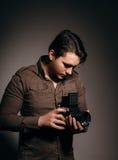 Fotografo con una vecchia macchina fotografica Fotografia Stock Libera da Diritti