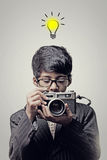 Fotografo del bambino che tiene una macchina fotografica - lampadina di idee fotografie stock libere da diritti