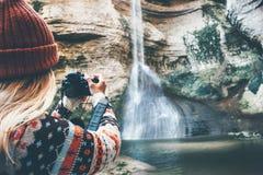 Fotografo della donna che prende foto della cascata Fotografia Stock Libera da Diritti