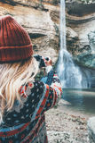 Fotografo della donna che prende foto della cascata Fotografie Stock