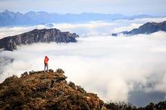 Fotografo della donna che prende foto per bello paesaggio sopra Immagine Stock Libera da Diritti