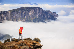 Fotografo della donna che prende foto per bello paesaggio sopra Immagine Stock