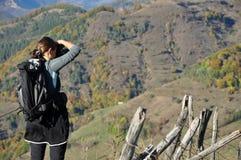 Fotografo della donna che prende una foto nell'aria aperta Fotografia Stock Libera da Diritti