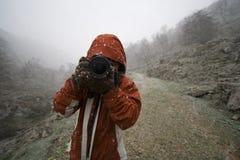 Fotografo della donna nei moutains Fotografia Stock Libera da Diritti