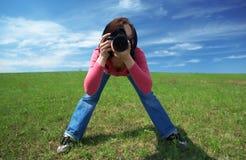 Fotografo della donna nel campo fotografie stock