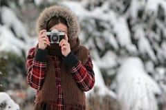 Fotografo della donna nella foresta di inverno Fotografia Stock Libera da Diritti