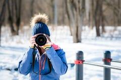 Fotografo della donna nella foresta di inverno Immagini Stock