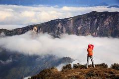 Fotografo della giovane donna che prende foto per bello paesaggio sopra Immagini Stock Libere da Diritti