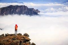 Fotografo della giovane donna che prende foto per bello paesaggio sopra Fotografia Stock