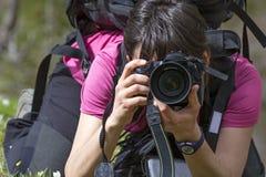 Fotografo della giovane donna nell'azione Fotografia Stock