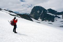 Fotografo della montagna sul ghiacciaio Fotografia Stock