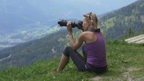 Fotografo della ragazza che fotografa le alpi austriache archivi video