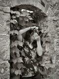 Fotografo della ragazza che prende immagine, facendo uso della macchina fotografica d'annata fotografia stock