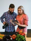 Fotografo dello studio di lavoro di squadra di fotografia dell'alimento Fotografia Stock Libera da Diritti