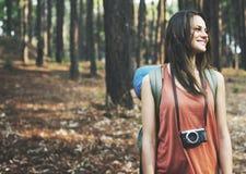 Fotografo di campeggio Camera Adventure Concept di viaggiatore con zaino e sacco a pelo immagine stock libera da diritti