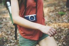 Fotografo di campeggio Camera Adventure Concept di viaggiatore con zaino e sacco a pelo Fotografia Stock