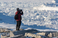 Fotografo di inverno che sta lungo il lago Huron Fotografie Stock Libere da Diritti
