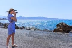 Fotografo di Nature del fotografo della donna che spara il mare concetto di corsa fotografie stock