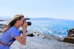 Fotografo di Nature del fotografo della donna che spara il mare concetto di corsa fotografia stock libera da diritti