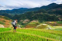 Fotografo di Nidentified che spara una fotografia del paesaggio sulla montagna La MU Cang Chai Fotografie Stock