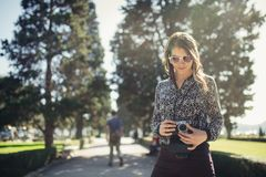 Fotografo di via turistico dei giovani pantaloni a vita bassa che visita Lisbona colourful Godere della vita di città colourful e fotografia stock libera da diritti