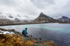 Fotografo di viaggio su Lofoten fotografia stock libera da diritti