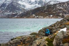 Fotografo di viaggio su Lofoten fotografie stock libere da diritti