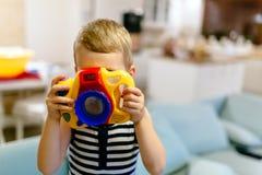 Fotografo diventante del ragazzo sveglio fotografia stock