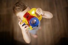 Fotografo diventante del ragazzo sveglio immagine stock libera da diritti