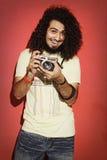 Fotografo felice che ride con il bello holdi lungo dei capelli ricci Fotografia Stock Libera da Diritti