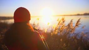 Fotografo femminile che fotografa, ragazza del viaggiatore teenager turistico della ragazza che fa foto del lago della spiaggia D video d archivio