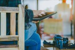 Fotografo femminile che installa un fuco per volare Fotografia Stock Libera da Diritti