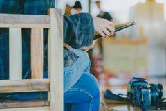 Fotografo femminile che installa un fuco per volare Fotografia Stock