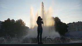 Fotografo femminile che prende le immagini della fontana stock footage