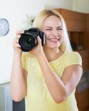 Fotografo femminile che prova nuova macchina fotografica Immagini Stock Libere da Diritti