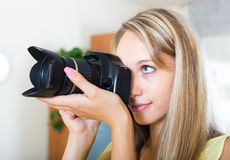 Fotografo femminile che prova nuova macchina fotografica Fotografia Stock