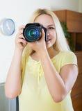 Fotografo femminile che prova nuova macchina fotografica Fotografia Stock Libera da Diritti