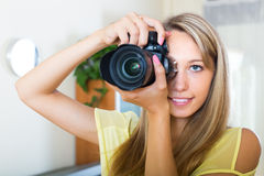 Fotografo femminile che prova nuova macchina fotografica Immagini Stock