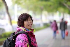 Fotografo femminile cinese che cerca paesaggio, adobe rgb Fotografia Stock