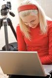 Fotografo femminile con il computer portatile Fotografia Stock Libera da Diritti