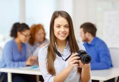 Fotografo femminile sorridente con il photocamera Fotografia Stock